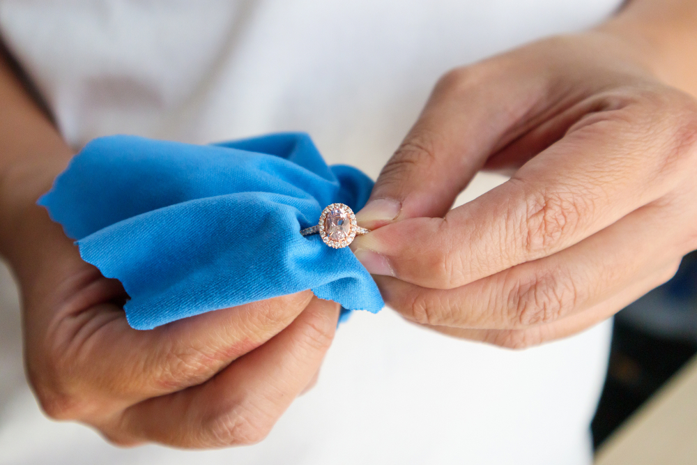 Jeweller,Hand,Polishing,And,Cleaning,Jewelry,Diamond,Ring,With,Micro